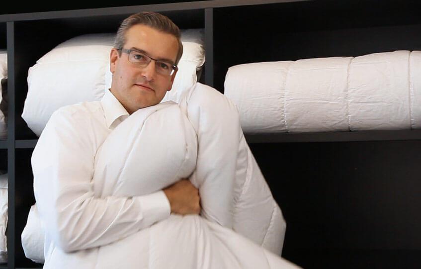 Leif Ginap mit einer kuscheligen Bettdecke