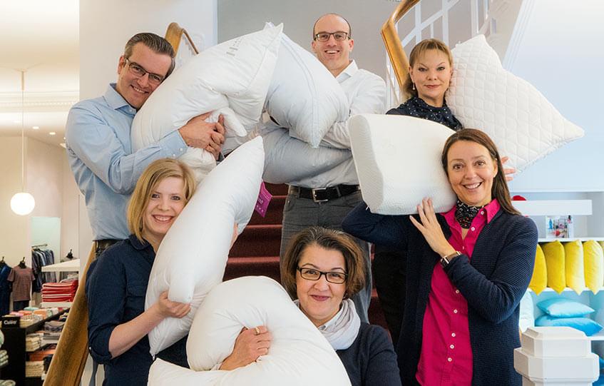 Team von Betten Struve mit vielen Kopfkissen