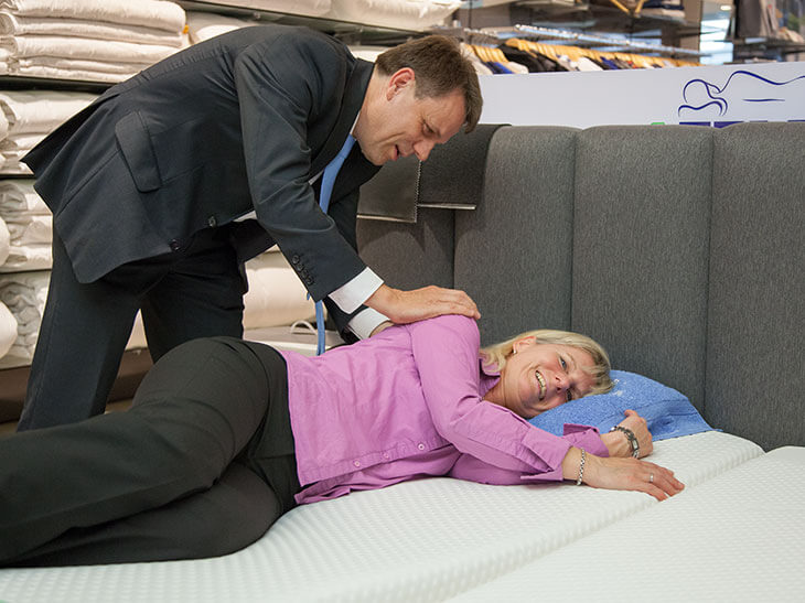das richtige kopfkissen schlafen ohne nackenschmerzen. Black Bedroom Furniture Sets. Home Design Ideas