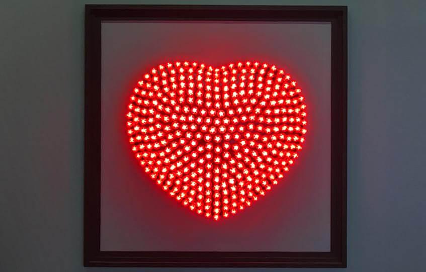Ausstellungsobjekt auf der imm cologne 2016: rotes Herz aus LED-Lampen