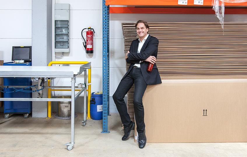 Boris Thomas in der Produktionshalle von Lattoflex