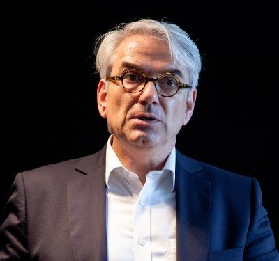 Axel Schramm begrüßt die Nachtmanufaktur im Werk