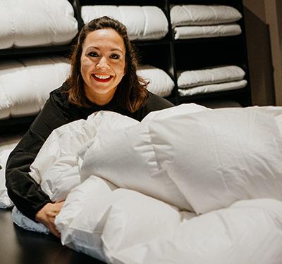 Susanne Heller mit einer sauberen Bettdecke
