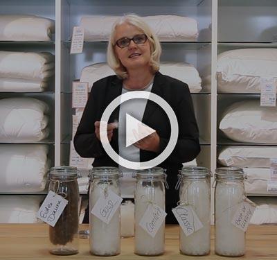 Susanne Heller präsentiert und erklärt verschiedene Daunen bei Betten Heller