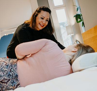 Frau testet Matratze und wird beraten